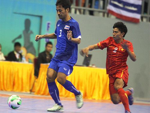 Đội futsal nam của Việt Nam (phải) thua đậm trong trận chung kết chiều tối 20-12 Ảnh: Lê Thương