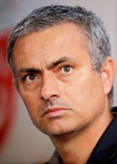 HLV Wenger (trái) đang quyết tâm lần đầu thắng được Mourinho Ảnh: REUTERS