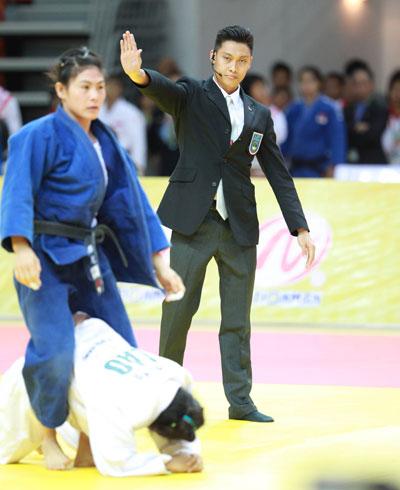 Trọng tài Mike Dinh (phải) trong trận đấu ở SEA Games 2013