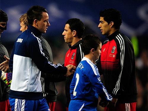 Terry (trái) ngăn cản Suarez sẽ là một trong những cuộc đối đầu cá nhân đáng chú ý ở trận Chelsea - Liverpool Ảnh: REUTERS