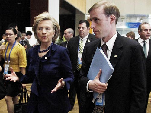 Ông Jake Sullivan và bà Hillary Clinton Ảnh: AP