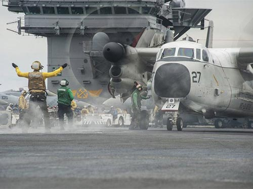 Tàu USS George Washington dẫn đầu cụm tàu của Hải quân Mỹ hiện diện trên biển Đông hồi tháng 10. Ảnh: EPA