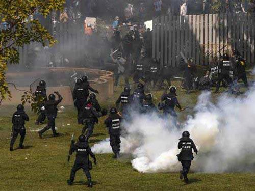 Cảnh sát và những người chống đối đụng độ dữ dội ở Bangkok hôm 26-12 Ảnh: REUTERS