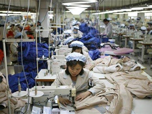 Công nhân Triều Tiên tại một xí nghiệp may ở khu công nghiệp Kaesong Ảnh: AP