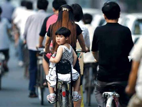 Trước đây ở Trung Quốc, nếu cả 2 vợ chồng đều là con một thì mới được quyền sinh con thứ hai Ảnh: EPA