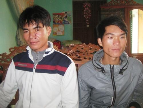 Chủ tàu Trương Đình Hùng (bìa trái) và anh Trương Đình Hải bị thương ở mặt do tàu lạ tấn công.