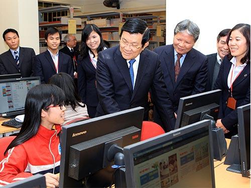 Chủ tịch nước Trương Tấn Sang thăm thư viện Trường ĐH Luật Hà Nội Ảnh: TTXVN