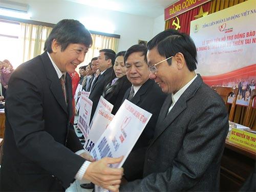 Ông Trần Thanh Hải, Phó Chủ tịch Thường trực Tổng LĐLĐ Việt Nam, trao tiền hỗ trợ từ Quỹ Tấm lòng vàng Lao Động cho CNVC-LĐ các tỉnh miền Trung, Tây Nguyên