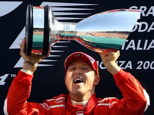 Schumi và chiếc cúp thắng chặng Grand Prix Italia 2006