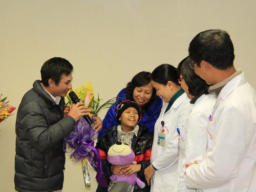 Các y bác sĩ trong ekip ghép tế bào gốc tạo máu cho bệnh nhi Trường chia sẻ niềm vui với gia đình