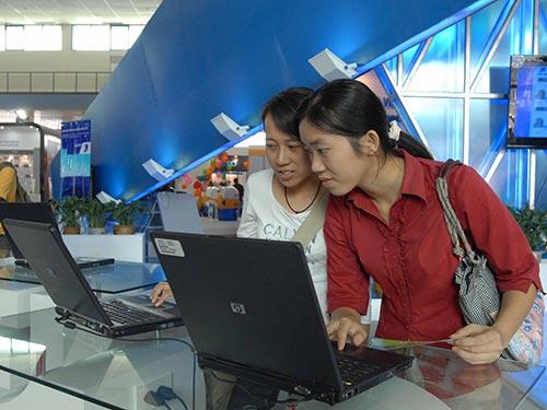 Tổng lợi nhuận của VNPT năm 2013 chỉ bằng khoảng 25% của Viettel.  Trong ảnh: Khách hàng thử dịch vụ tại gian hàng triển lãm của VNPT