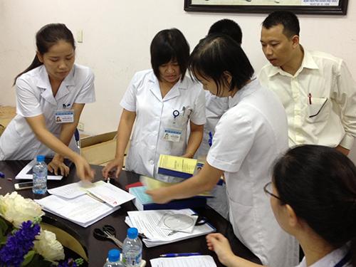 Một buổi mở thầu nhận hồ sơ đấu thầu thuốc năm 2013-2014 tại Bệnh viện Việt Đức (TP Hà Nội)