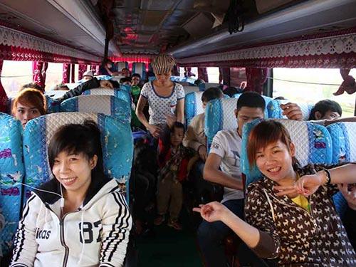 Công nhân hạnh phúc khi được LĐLĐ TP HCM tặng vé xe về quê đón Tết năm rồi