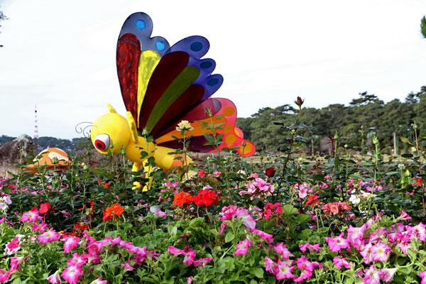 Một tiểu cảnh chú ong ngộ nghĩnh cần mẫn hút mật tại không gian hoa Vườn Xinh bên bờ hồ Xuân Hương