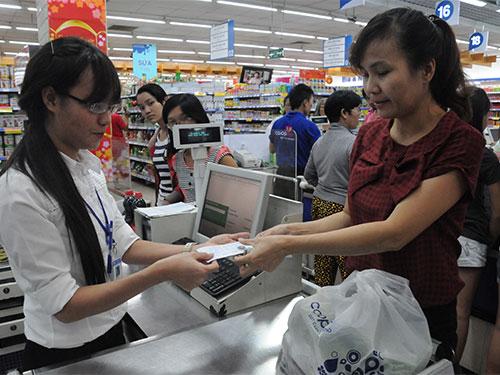 Khách hàng nhận tiền xu khi thanh toán tiền mua hàng tại Co.opmart Đinh Tiên Hoàng TP HCM Ảnh: HỒNG THÚY
