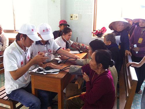 Các bác sĩ của Bệnh viện Đa khoa Vạn Hạnh khám bệnh cho dân vùng lũ tỉnh Bình Định ngày 21-12