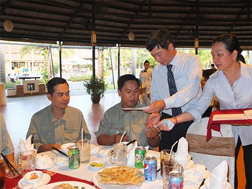 Lãnh đạo Tổng Công ty Du lịch Sài Gòn tặng quà Tết cho công nhân khó khăn năm 2013