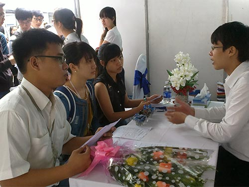 Doanh nghiệp và ứng viên trao đổi về nhu cầu tuyển dụng tại ngày hội
