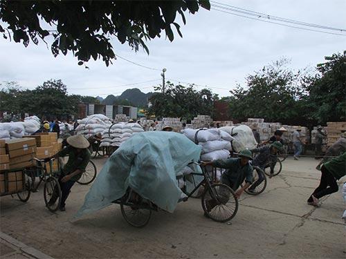 Người lao động kéo hàng thuê ở cửa khẩu Tà Lùng (Cao Bằng) Ảnh: TRỌNG ĐỨC