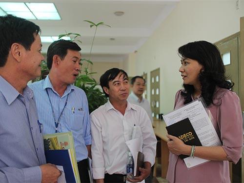 Bà Nguyễn Thị Thu, Chủ tịch LĐLĐ TP HCM, thăm hỏi các cán bộ Công đoàn cụm Linh Trung về tình hình chăm lo Tết Ảnh: HỒNG ĐÀO