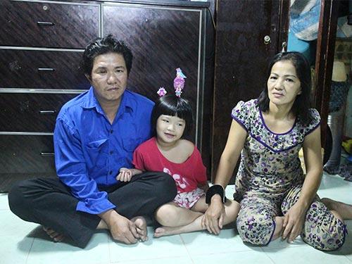 Anh Ngô  Chí Hiếu cùng vợ con trong căn phòng thuê chật chội