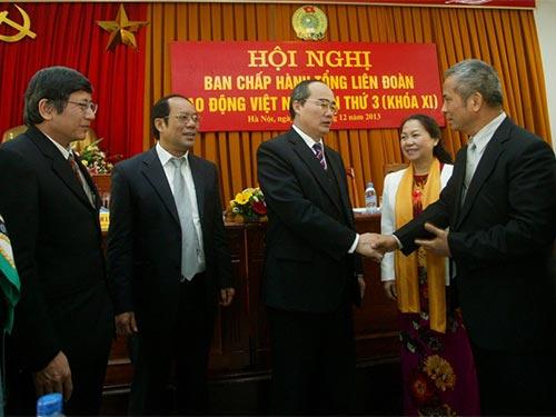 Ông Nguyễn Thiện Nhân - Ủy viên Bộ Chính trị, Chủ tịch Ủy ban Trung ương MTTQ Việt Nam  (thứ ba từ trái sang) - trao đổi với các đại biểu tại hội nghị