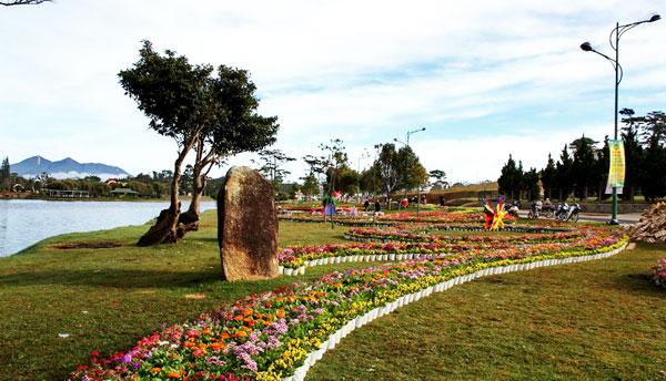 Một góc không gian hoa Vườn Xinh bên bờ hồ Xuân Hương