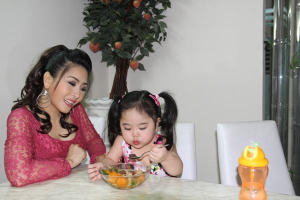 Kiều Oanh không muốn chia sẻ gì nhiều mà chỉ muốn có cuộc sống bình yên bên cô con gái của mình