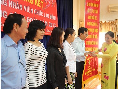 Bà Nguyễn Thị Bích Thủy, Phó Chủ tịch LĐLĐ TP HCM, trao cờ cho các đơn vị xuất sắc