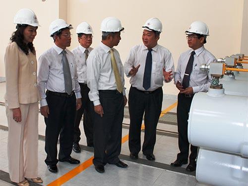 Ông Đặng Ngọc Tùng - Ủy viên Trung ương Đảng, Chủ tịch Tổng LĐLĐ Việt Nam (thứ ba từ phải qua) thăm hỏi cán bộ, công nhân trạm biến áp.