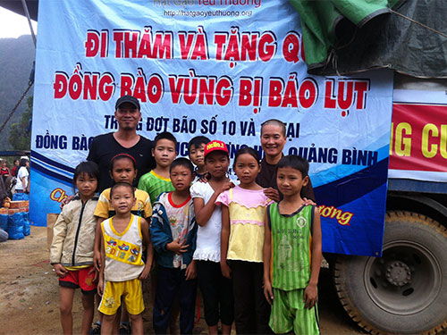 """Tí """"bụi đời"""" trong lần trao quà cho người dân vùng bão Quảng Bình"""