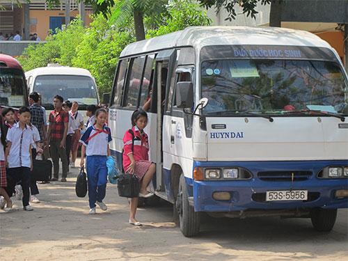 Học sinh đi xe đưa rước tại Trường THCS thị trấn Củ Chi, huyện Củ Chi, TP HCM