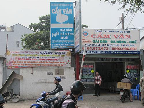 Dù không đủ điều kiện thành lập doanh nghiệp nhưng Công ty Cẩm Vân vẫn treo bảng bán vé xe Tết rầm rộ