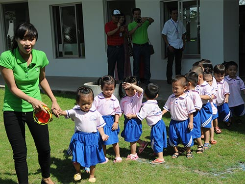 Con công nhân Công ty Pou Chen Việt Nam được học tập vui chơi trong ngôi trường  mầm non khang trang, hiện đại Ảnh: Hồng Thúy