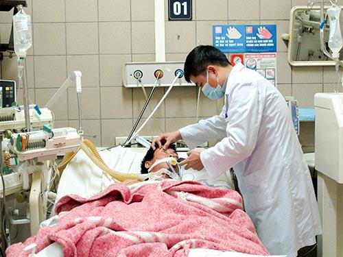 Tình trạng ngộ độc rượu đang rất đáng lo ngại. Trong ảnh: Cấp cứu bệnh nhân ngộ độc rượu tại Trung tâm Chống độc Bệnh viện Bạch Mai (Hà Nội)