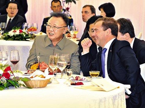 Ông Jang (ngồi sau, bìa trái) trong buổi tiệc Chủ tịch Kim Jong-il chiêu đãi Tổng thống Nga Medvedev năm 2011 Ảnh: KCNA
