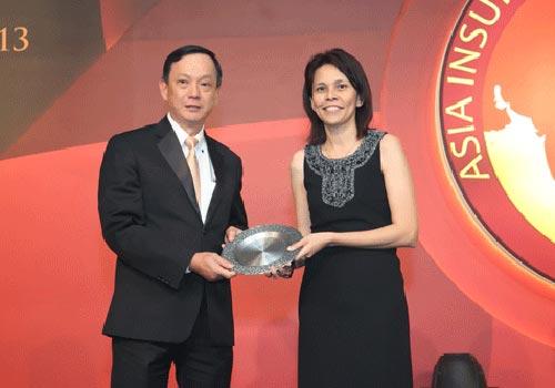 """Ông Takashi Fujii, Chủ tịch kiêm Tổng Giám đốc Dai-ichi Life Việt Nam, nhận """"Giải thưởng Trách nhiệm xã hội của doanh nghiệp năm 2013"""" từ đại diện ban giám khảo"""