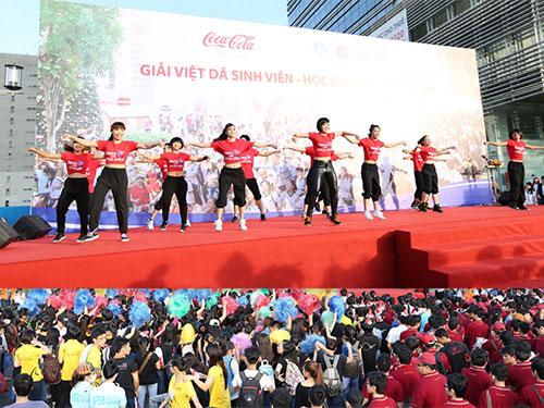 Bài nhảy Dance with Coca-Cola mở màn Giải Việt dã 2013 đã khuấy động không khí trước khi bạn trẻ tham gia chạy bộ