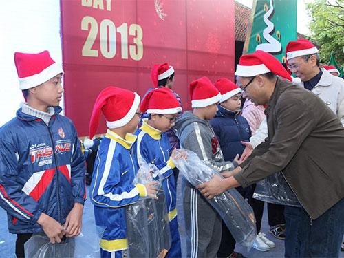 Ông Gaurav Gupta- Tổng Giám đốc GM Việt Nam trao quà cho các trẻ em nghèo hiếu học huyện Thanh Trì, Hà Nội