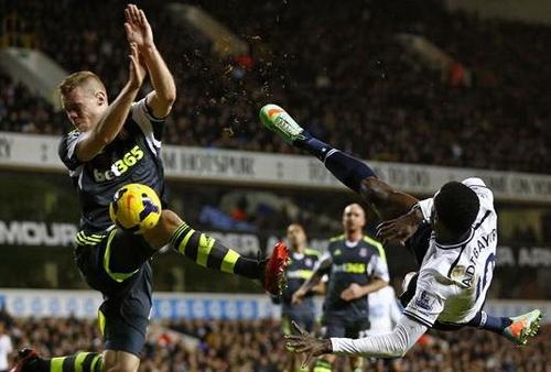 Adebayor sút bóng dẫn đến quả phạt 11m cho Tottenham