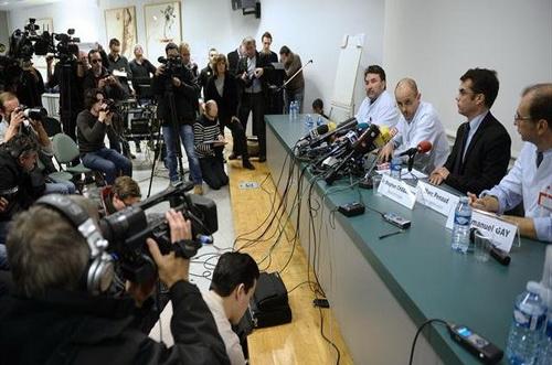 Êkip phẫu thuật bệnh viện CHU họp báo sau khi mổ cho Schumacher