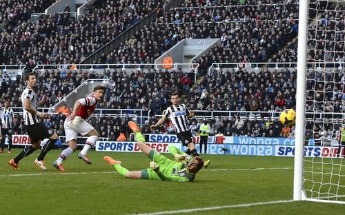 Giroud ghi bàn duy nhất, đưa Arsenal trở lại ngôi đầu