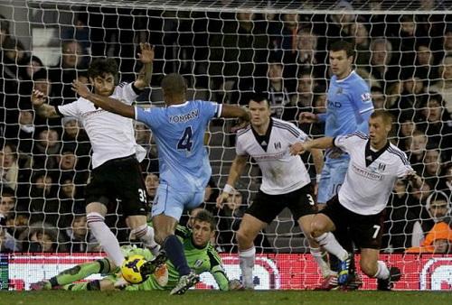Kompany (4) ghi bàn cho Man City nhưng sau đó có bàn phản lưới nhà