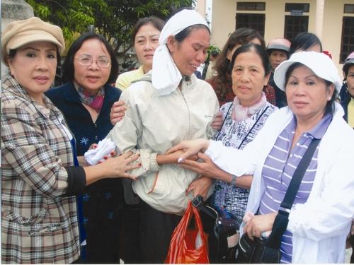 NSND Lệ Thủy trao tặng quà cho một gia đình nông dân mất con trong bão lũ vừa qua tại Quảng Ngãi