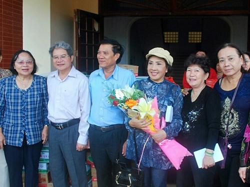 NSND Lệ Thủy và các thành viên trong đoàn từ thiện ra miền trung trao tặng quà cho đồng bào nghèo.