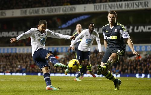 Lennon ghi bàn ấn định chiến thắng 3-0