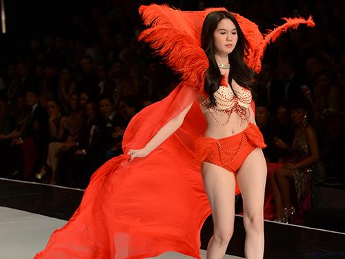 Ngọc Trinh biểu diễn trong chương trình Đêm hội chân dài