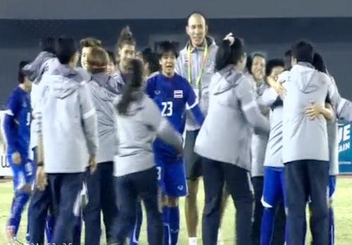 Niềm vui chiến thắng của tuyển Thái Lan - Ảnh: Đ.L
