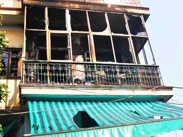 Tầng 2 cửa hàng bán đồ điện bị cháy đen