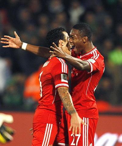 Thiago Alcantara và David Alaba mừng bàn thắng thứ nhì